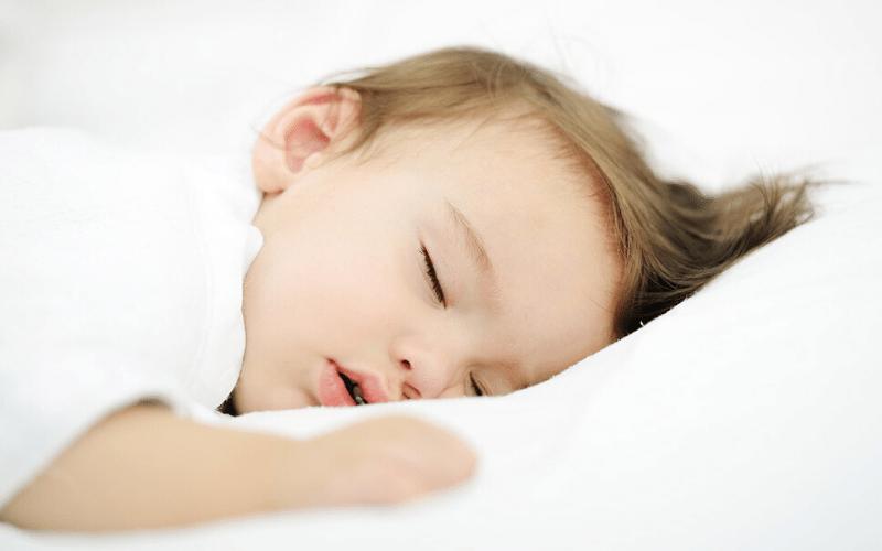 vestir a un bebé mientras duerme en verano