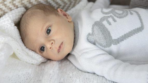 ¿Cómo se define el color de los ojos de bebés?