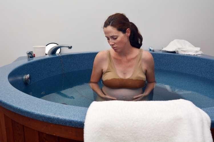 parto natural en un centro médico agua