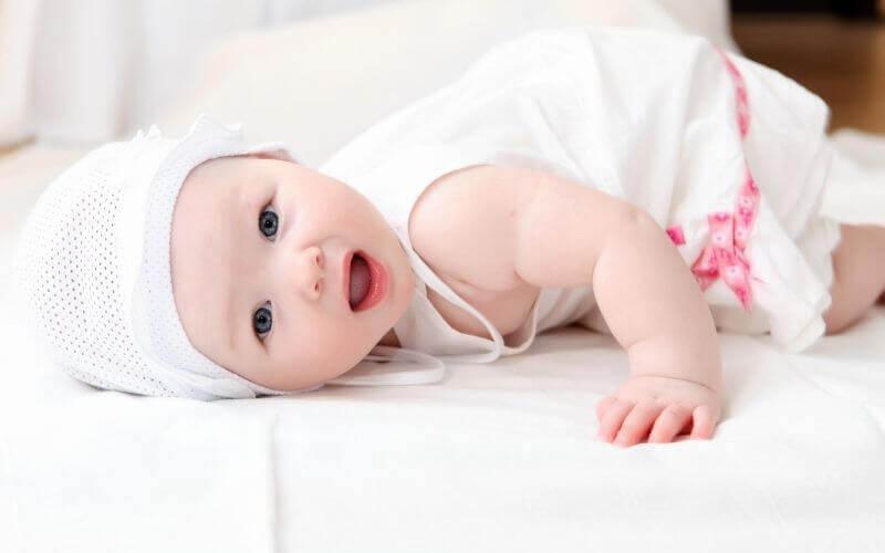 Importancia de usar el gorro de primera puesta para un bebé