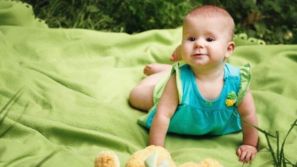 ¿Por qué se recomienda poner un bebé boca abajo por el día?